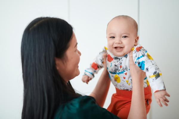 ムーミン版の洋服を着て笑う赤ちゃん