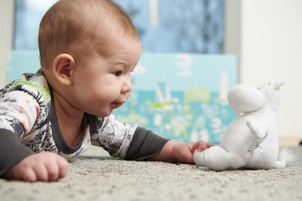 ムーミンのぬいぐるみと赤ちゃん