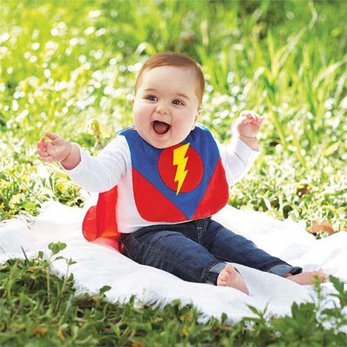 スーパーマンのスタイをつけた赤ちゃん