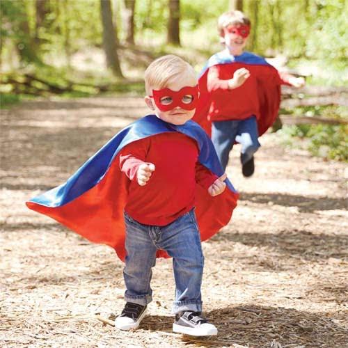 スーパーヒーローの仮装をする男の子