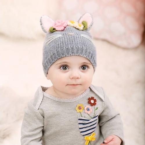キャットの帽子をかぶった赤ちゃん