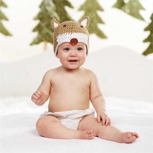 キツネの帽子をかぶった赤ちゃん