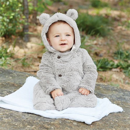 もこもこ着ぐるみカバーオールを着た赤ちゃん
