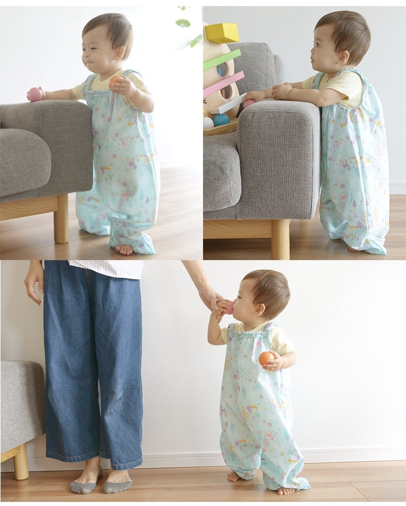 オレンジボンボンのプレイウェアを着る赤ちゃん