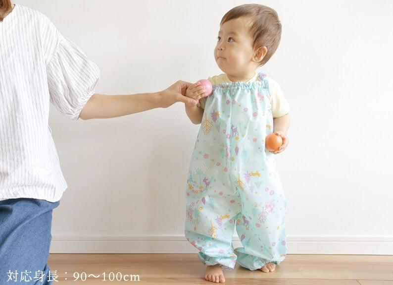 オレンジボンボンの砂場着を着る赤ちゃん