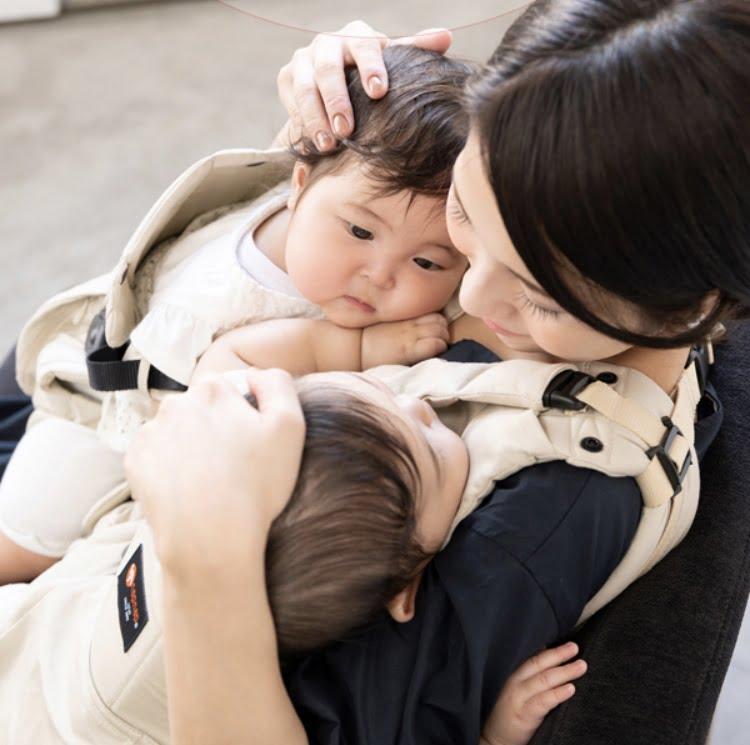 napnap(ナップナップ)ふたご抱っこ紐で赤ちゃんを抱っこをするお母さん