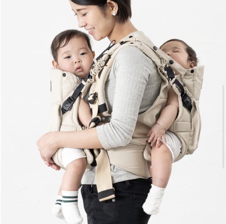napnapふたご抱っこ紐でおんぶ抱っこをするお母さん